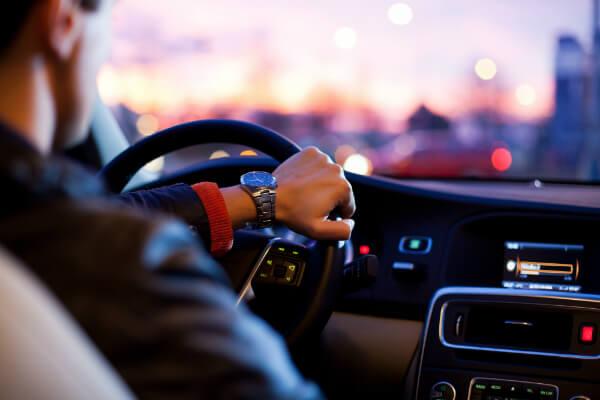 Ergonomia ao volante do motorista. Postura correta para dirigir