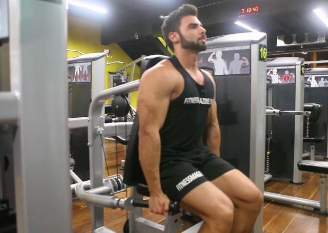 Tríceps em Paralela na Máquina